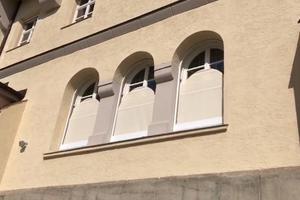 """<div class=""""bildtext"""">Die Fenster des Benediktinerinnen-Gästehauses am Starnberger See erhielten neu entwickelte Rundbogenmarkisen. Besonderheit: Im eingefahrenen Zustand sind keine Seile oder Schienen im Fensterbereich sichtbar.</div>"""