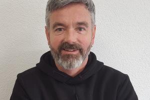 """<div class=""""bildtext"""">Metallbauer Volker Stammer beschäftigt sich mit Vielgestaltigkeit von Gitterrosten.</div>"""