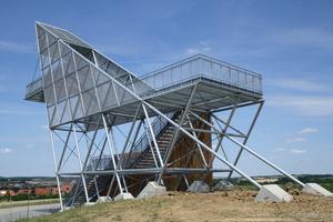 """<div class=""""bildtext"""">Die Treppen der Aussichtsplattform in Pfahlbach − Hohenloher Land − bestehen aus 124,5 m. Die Stufen und Podeste haben Größen bis zu 3.000 x 1.000 mm; sie sind einteilig ohne weitere bauseitige Stahlunterkonstruktion, freitragend über 3.000 mm, Maschenweite 30/10.</div>"""