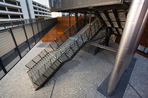 """<div class=""""bildtext"""">... der Treppenanlagen des Campus wurden aus Gitterrosten gebaut, insgesamt ca. 330 Tonnen Stahl.</div>"""