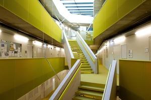 """<div class=""""bildtext"""">Im Science Park Linz wurden farbige Gitterroste für Treppenstufen und als Geländerfüllung verarbeitet.</div>"""