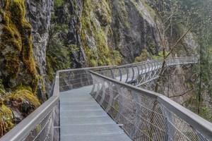 """<div class=""""bildtext"""">Der 6,5 Kilometer lange Passersteg in Südtirol überquert zahlreiche Bachläufe und Schluchten. Die einfache und schnelle Befestigung der Roste hat wertvolle Zeit bei der aufwändigen Montage gespart. Der teils sehr winkelige Verlauf des Steges längs der Felswände erforderte individuelle Sonderanfertigungen der Gitterroste in definierten Winkeln und Radien. Rund 680 m als Stegkonstruktion ausgeführt, insgesamt 600 im Vollbad feuerverzinkte Gitterroste. Die meisten davon mit den Außenmaßen 1440 x 1000 mm, Maschenweite 20/20 und rutschhemmendem Füllstab.</div>"""