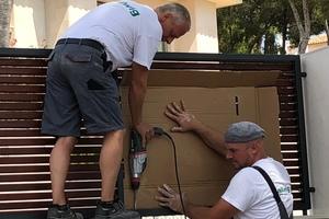 """<div class=""""bildtext"""">Monteure der Firma Dallwig auf der Baustelle auf Mallorca.</div>"""