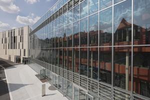 """<div class=""""bildtext"""">Die Atrium-Südfassade mit Südausgang. Das sogenannte Atrium läuft diagonal durch den Bau.</div>"""