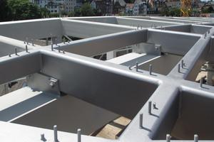 """<div class=""""bildtext"""">Das Gitternetz aus Stahlträgern wurde auf der Baustelle geschweißt und bildet ein Element.</div>"""