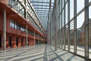"""<div class=""""bildtext"""">Das Glasdach von innen fotografiert im südlichen Passagenteil des Atriums.</div>"""