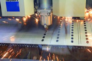"""<div class=""""bildtext"""">Schnell und hochgenau: Der Zuschnitt der bestellten Werkstücke erfolgt auf Laserschneidsystemen. </div>"""