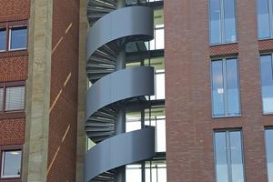 """<div class=""""bildtext"""">Weil die Etagen, die die Spindeltreppe verbindet, unterschiedlich hoch sind, sieht die Treppe wie ein Korkenzieher aus.</div>"""