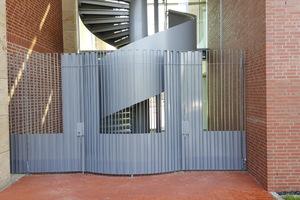 """<div class=""""bildtext"""">Die Spindeltreppe wurde exakt zwischen die beiden Sparkassengebäude eingepasst.</div>"""
