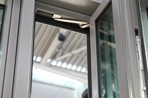 """<div class=""""bildtext"""">Der neuartige, kleine Motor von Gretsch-Unitas ohne Kette − unscheinbar ins Profil integriert − öffnet Fensterflügel auf 90°. </div>"""