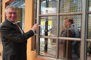 """<div class=""""bildtext"""">Der VFF-Präsident Detlef Timm schaut sich bei RP Technik ein Sprossenfenster aus Stahlprofilen an.</div>"""