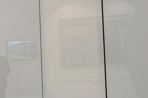"""<div class=""""bildtext"""">... Von außen ist die Türe durch das opake Glaspanel nicht sichtbar.</div>"""
