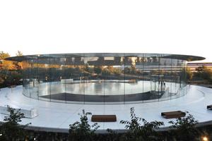 """<div class=""""bildtext""""><irspacing style=""""letter-spacing: -0.01em;"""">Das im Durchmesser 47 m messende und 80 t schwere Carbon-Dach sitzt ohne einen Rahmen auf den 7,3 m hohen gebogenen Glasscheiben.</irspacing></div>"""