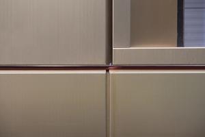 """<div class=""""bildtext"""">Fassadendetail von einem der 3,5 t schweren Elemente aus titanbeschichtetem Edelstahlblech.</div>"""