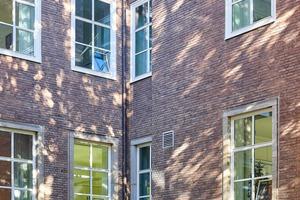 """<div class=""""bildtext"""">Während die Fenster des EG in Sandsteingewänden sitzen, wurden die Blendrahmen der oberen Fenster seinerzeit in Fenstergewände aus Stahlblech montiert.</div>"""