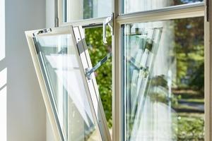 """<div class=""""bildtext"""">Das """"Fenster im Fenster"""", ein in den Drehflügel integrierter Kippflügel, ist eine Sonderkonstruktion aus dem Stahlprofilsystem Janisol Arte 2.0.</div>"""