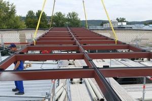 """<div class=""""bildtext"""">Die Stahlunterkonstruktion trägt insgesamt 196 Sonnenschutzgläser.</div>"""