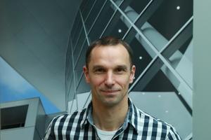 """<div class=""""bildtext"""">Dipl.-Ing. Heiner Lütke-Harmölle von Mirotec hat das Projekt International School Bonn betreut.</div>"""