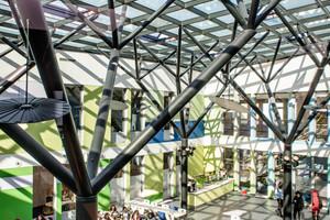 """<div class=""""bildtext"""">Die Mensa der International School in Bonn ist wegen ihrer lichten Atmosphäre ein beliebter Aufenthalts- und Lernort.</div>"""
