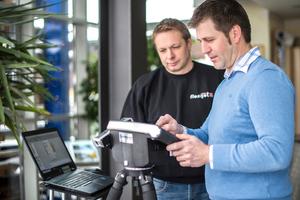 """<div class=""""bildtext"""">Armin Weber (l.) von Flexijet hat Peter Hiermeier in die Bedienung des 3D-Laseraufmaßsystems eingewiesen.</div>"""