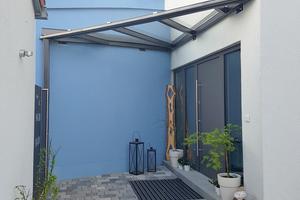 """<div class=""""bildtext"""">Nach Fertigstellung: Planung und Herstellung eines Vordachs mit gebogenem Wandabschluss.</div>"""