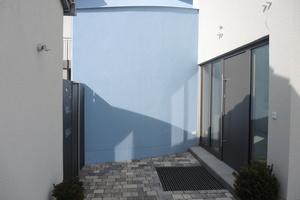"""<div class=""""bildtext"""">Vor dem Aufmaß: Planung und Herstellung eines Vordachs mit gebogenem Wandabschluss.</div>"""