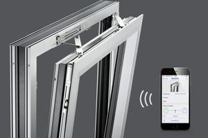 """<div class=""""bildtext"""">Via App lassen sich heute gekippte Fenster von überall aus schließen und für die Sicherheit haben geschlossene Fenster Priorität.</div>"""