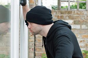 Die meisten Täter dringen durch Fenster-, Terrassen- oder Balkontüren ein. Beschlaghersteller bieten vielfältige nachrüstbare Sicherungsvarianten.