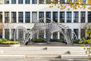 """<div class=""""bildtext"""">Auf dem Campus der TU München steht die Skulptur """"Inside/Out"""" von Dr.-Ing. Eike Schling. Metallbau Brandl hat sie gefertigt − Wert: ca. 100.000 Euro</div>"""