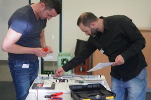 """<div class=""""bildtext"""">Das Praxis-Seminar gab den Metallbauern Gelegenheit, z.B. den Anschluss von E-Öffnern auszuprobieren.</div>"""