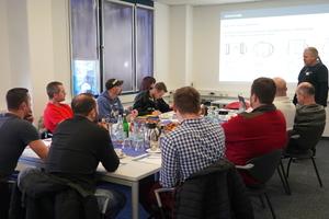 """<div class=""""bildtext"""">Die Nachfrage nach dem Praxis-Seminar für Elektrik ist hoch, Mitte Februar waren zehn Metallbauer beim Termin in Ditzingen dabei.</div>"""