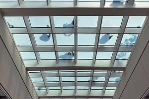 """<div class=""""bildtext"""">Blick nach oben aus der 36 Meter hohen Grand Hall auf das Oberlicht/den begehbaren Glasboden.</div>"""