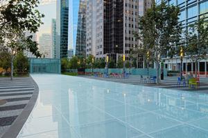 """<div class=""""bildtext"""">Die Lauffläche aus Glas ist ein Highlight im ca. 2,2 Hektar großen Dachpark - ein beliebtes Ausflugsziel der Großstädter. </div>"""