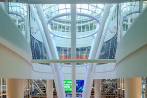 """<div class=""""bildtext"""">Inneninstallation des begehbaren Glasbodens/Oberlichts: Licht gelangt so auch in die unteren Bereiche des Umsteigebahnhofs.</div>"""
