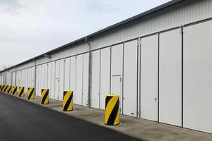 """<div class=""""bildtext"""">Die Falttore von Teckentrup eignen sich für große Hallenbauten und sind mit Schlupftür verfügbar.</div>"""