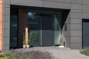 """<div class=""""bildtext"""">Sowohl von der Außen- als auch von der Innenseite sind das Türblatt und die Zarge der ThermoPlan Hybrid flächenbündig.</div>"""