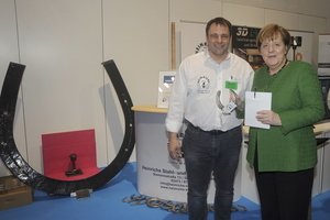"""<div class=""""bildtext"""">Walter Heinrichs erhielt Besuch von Bundeskanzlerin Angela Merkel. Auf der IHM präsentierte sich der Unternehmer und ö.b.u.v. Sachverständige im """"Land des Handwerks"""".</div>"""