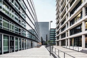 Harmonisches Zusammenspiel der Hotelfassade mit der sanierten Fassade des Spiegel-Verlagshauses.<br />