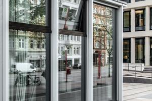 Die Fassade im Erdgeschoss des Hotels wurde abweichend mit 1.300 x 3.400 Millimeter großen Elementen ausgebildet.<br />