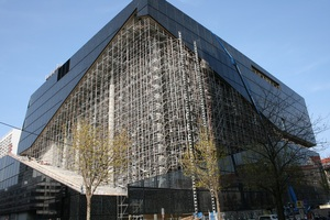 """<div class=""""bildtext"""">Das Baugerüst hat zunächst statische Funktionen für das Atrium übernommen und ab Frühling 2019 den Zugang für die Montage der Glasscheiben gewährleistet.</div>"""