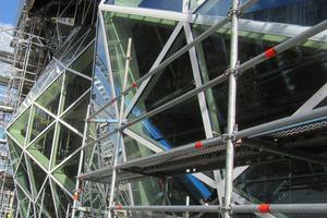 """<div class=""""bildtext"""">Komplexe Aufgabe für das Engineering: Die Glasdreiecke sind dreidimensional nach außen gewölbt und nach innen gestülpt.</div>"""