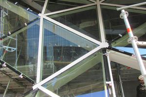 """<div class=""""bildtext"""">Mit den weißen Deckpressleisten (RAL 9003) wurde ein Kontrast zu der dunkel gehaltenen VHF-Fassade des Kubus gesetzt.</div>"""