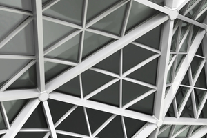 """<div class=""""bildtext"""">Markant sowohl für die Glasfassade als auch für die abgedunkelte VHF-Fassade ist die Geometrie des Dreiecks.</div>"""