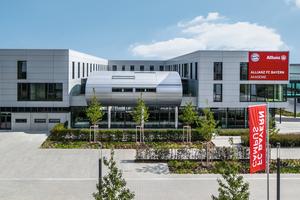 Das dreigeschossige Akademiegebäude auf dem FC Bayern Campus integriert Sportstätten, Büros, Apartments, Aufenthaltsbereiche sowie eine Mensa.