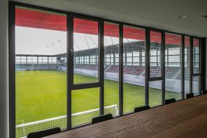 Seminar- und Besprechungsraum mit Blick auf die Spielstätte des FC Bayern Campus.<br />