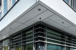 Multifunktionale Systemfassade im EG: Das Fassadensystem Schüco FW 50+.HI ist kombiniert mit der profilintegrierten Lichtlösung LightSkin powered by Zumtobel und den Großlamellen ALB.<br /><br />