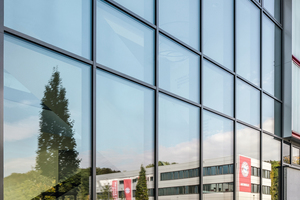 Natürlicher Lichteinfall für Foyer und Erschließungszonen: die Pfosten-Riegel-Fassade der Spielstätte (Schüco FW 50+.HI).<br />