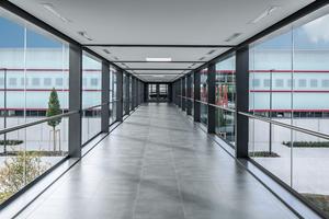 Die Aufsatzkonstruktion Schüco AOC 50 ST integriert raumhohe, ungeteilte Glasflächen für ein Maximum an Transparenz und Lichteinfall.<br />