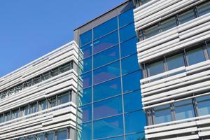 Auch die Verglasung des Erschließungsturms sowie die Fensterbänder des Baukörpers stammen von Freyler Metallbau.<br />