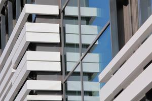 Durch die Kombination von Glasflächen und Lamellen bietet die Fassade außergewöhnliche Gebäudeansichten.<br />